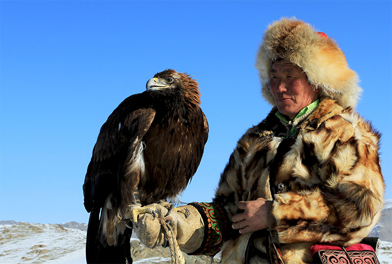 winter-eagle-with-hunters